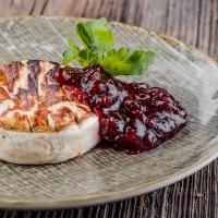 Grilovaný hermelín s brusnicovou omáčkou
